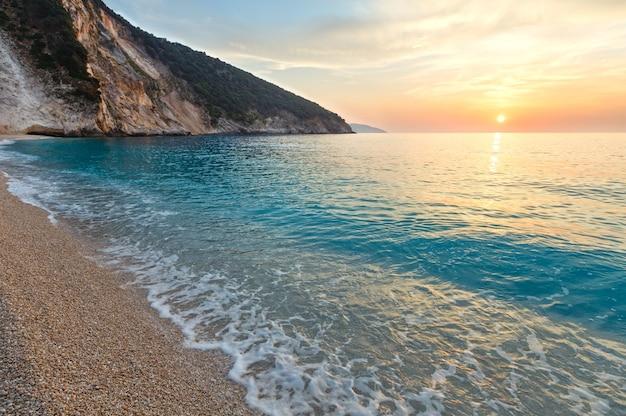 Vista do pôr do sol do mar da praia de myrtos, grécia, kefalonia, mar jônico.