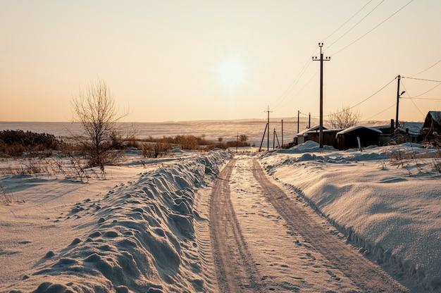 Vista do pôr do sol no inverno nevado