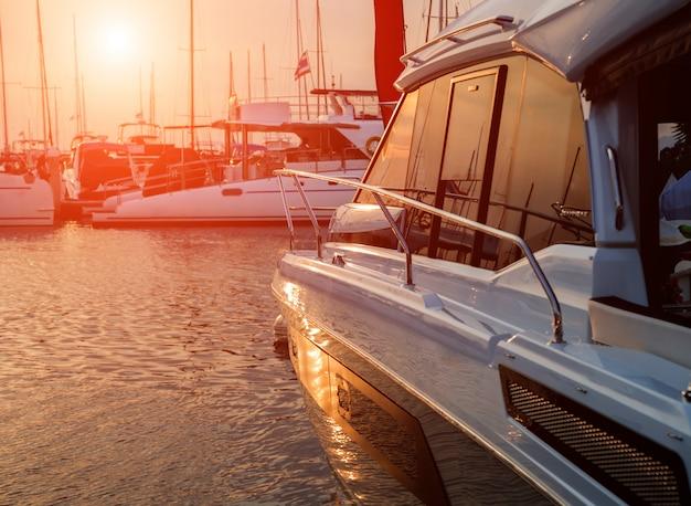 Vista do porto com detalhes de iates. céu lindo pôr do sol na baía da marina.