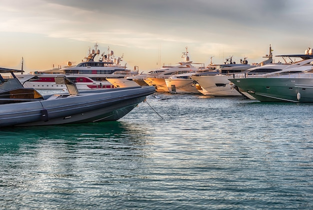 Vista do porto com iates de luxo de porto cervo, sardenha, itália.