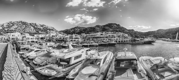 Vista do porto com iates luxuosos de poltu quatu