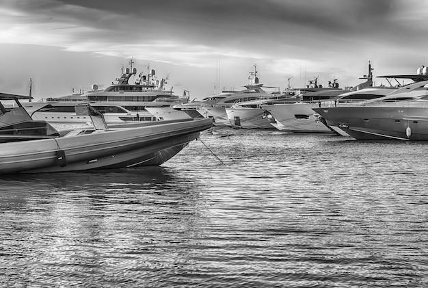 Vista do porto com iates luxuosos de porto cervo