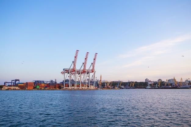 Vista do porto comercial com guindastes, carga.