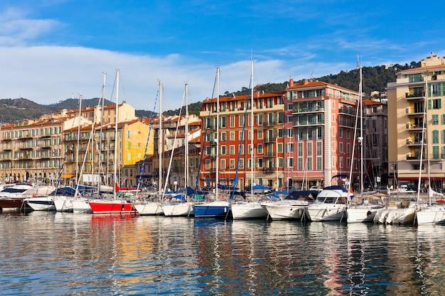 Vista do porto de nice e iates luxuosos, riviera francesa, frança