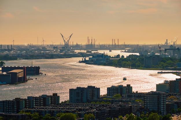 Vista do porto de roterdã e do rio nieuwe maas
