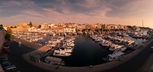 Vista do porto marítimo de ciutadella de menorca na ilha de menorca, espanha.