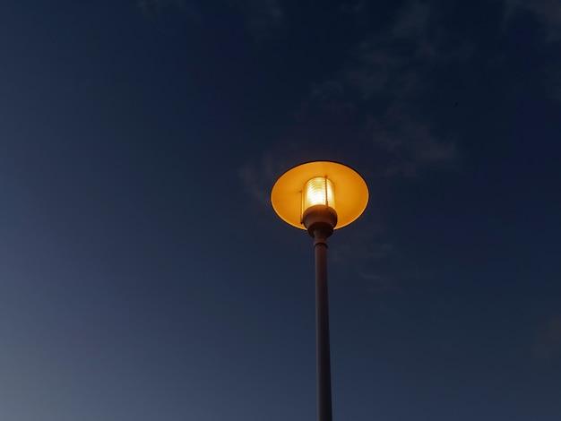 Vista do poste de luz na praia de pedregalejo ao anoitecer