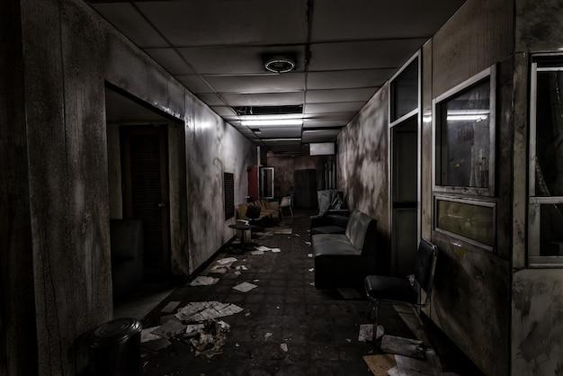 Vista do quarto escuro abandonado no hospital psiquiátrico