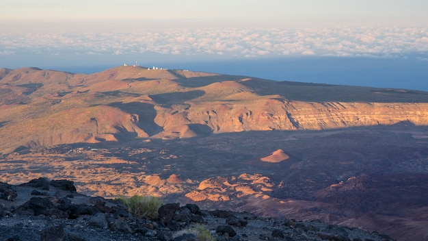 Vista do refúgio de altavista no por do sol, parque nacional de teide.