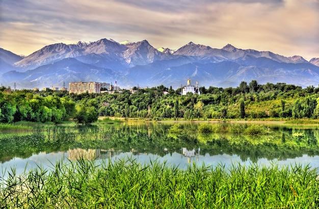 Vista do reservatório de sairan em almaty - cazaquistão