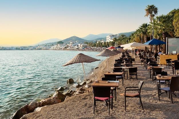 Vista do restaurante ou café na praia na cidade de bodrum, na turquia.