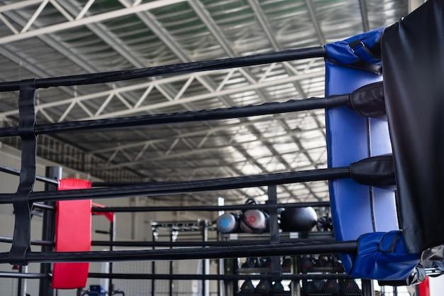 Vista do ringue de boxe vazio no ginásio de fitness