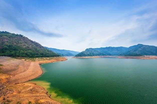 Vista do rio e montanhas na barragem de khun dan prakan chon é a maior