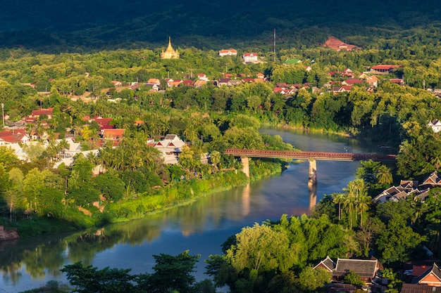 Vista do rio khan em luang prabang, laos com a sua cidade circundante