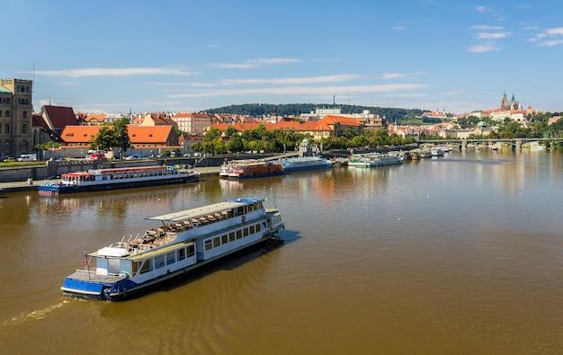 Vista do rio moldava em praga