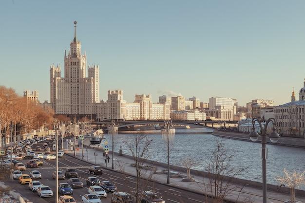 Vista do rio moscou e edifício alto no kotelnicheskaya embankment moscou rússia