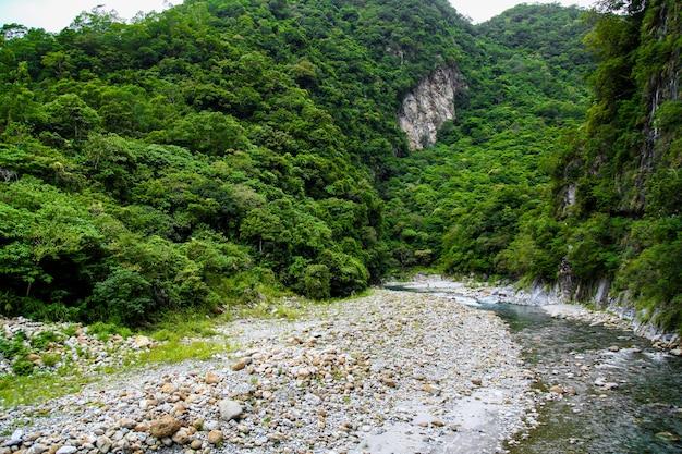 Vista do rio na paisagem do parque nacional do taroko em hualien, formosa.