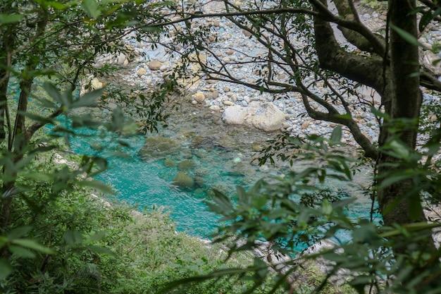 Vista do rio no parque nacional lateral do taroko para a paisagem em hualien, formosa.