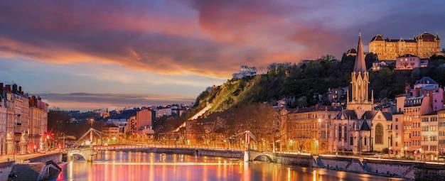 Vista do rio saône na cidade de lyon à noite, frança