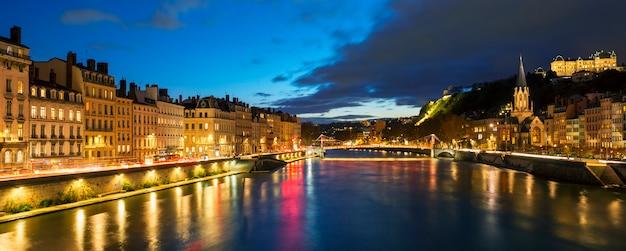 Vista do rio saone na cidade de lyon à noite