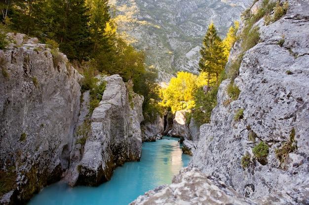 Vista do rio soca esloveno no verão
