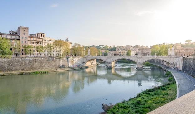 Vista do rio tibre, em roma, itália, no dia de verão