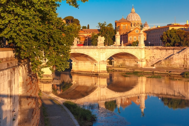 Vista do rio tibre, ponte vittorio emanuele ii e a catedral de são pedro pela manhã em roma, itália.