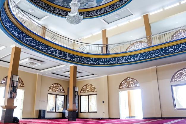 Vista do salão da mesquita para orar