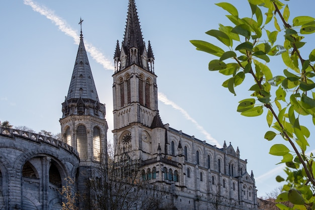 Vista do santuário da catedral de lourdes (frança)