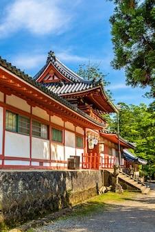 Vista do santuário tamukeyama hachimangu em nara, japão