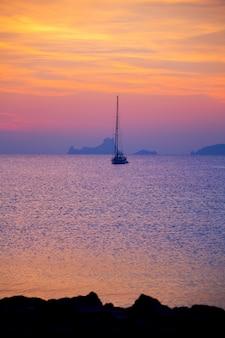 Vista do sol de ibiza da ilha de formentera