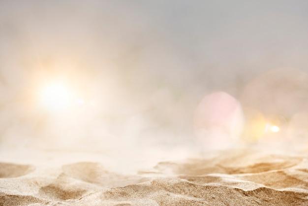Vista do solo de uma praia de areia filmada em estilo bokeh