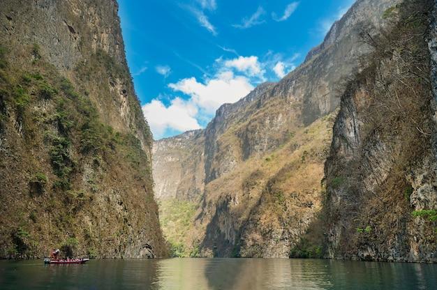 Vista do sumidero canyon em chiapas, méxico, com um lindo céu azul. foto de alta qualidade Foto Premium