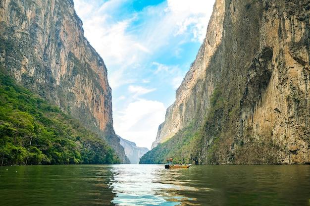 Vista do sumidero canyon em chiapas, méxico, com um lindo céu azul. foto de alta qualidade