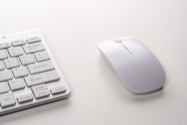 Vista do teclado e do mouse de um computador moderno.