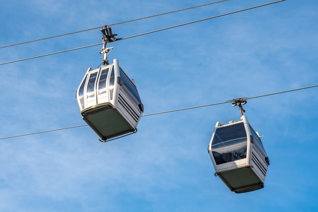 Vista do teleférico da gôndola no fundo do céu azul em tbilisi