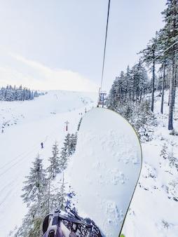 Vista do teleférico de esqui nas montanhas copie o espaço