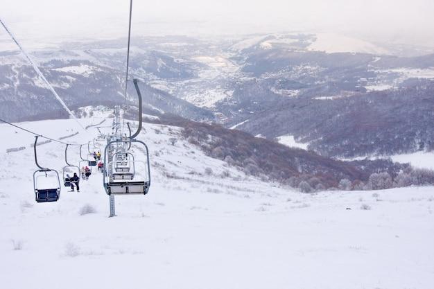Vista do teleférico na estância de esqui em hrazdan, armênia