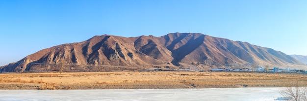 Vista do território norte-coreano tumen ou do rio tumangan na província da cidade de tumen jilin da china. local popular de turistas da rússia e da coréia