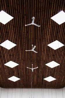 Vista do teto com pequenos ventiladores