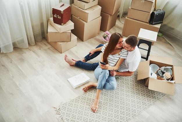 Vista do topo. casal jovem alegre em seu novo apartamento. concepção de movimento.