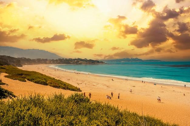 Vista do topo da bela praia de monterey no pôr do sol de verão