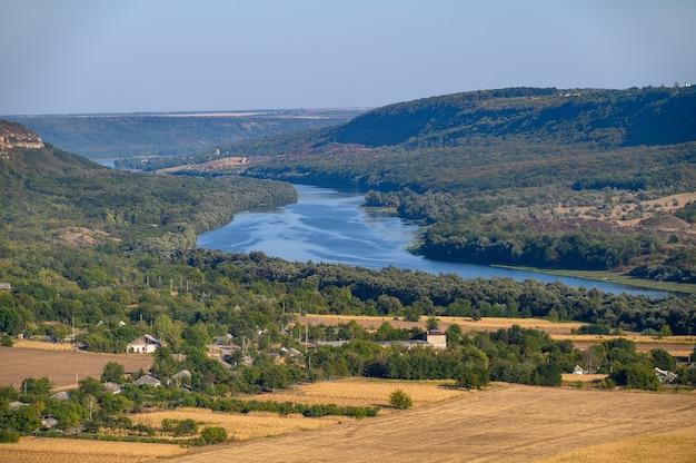 Vista do topo da colina até o rio dniester perto da vila de socola, distrito de soldanesti, moldávia