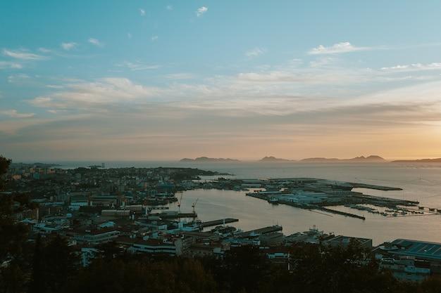 Vista do topo de uma cidade costeira
