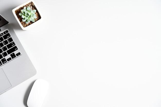 Vista do topo. estilo liso leigo com espaço de cópia do computador portátil e mouse