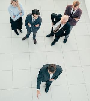 Vista do topo. grupo de diversos funcionários em pé no escritório