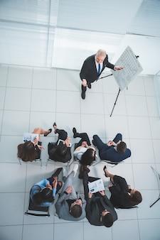 Vista do topo. grupo de empresários em uma apresentação na sala de conferências
