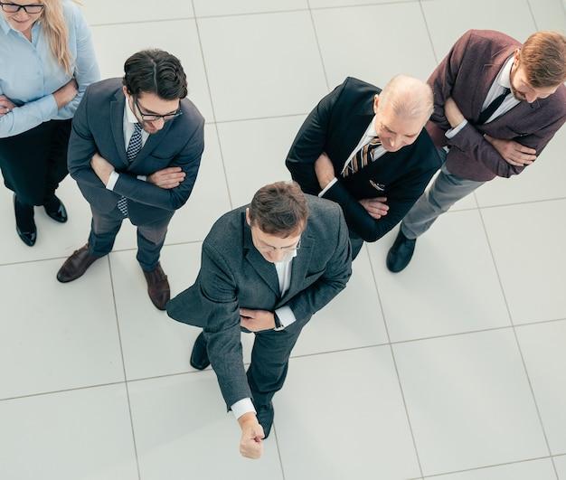 Vista do topo. líder confiante diante de sua equipe