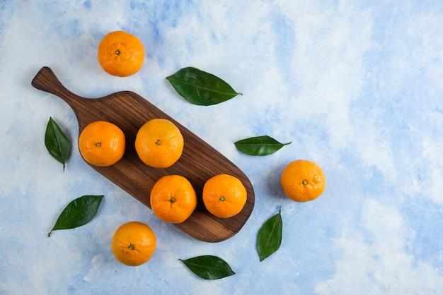 Vista do topo. pilha de tangerinas clementinas com folhas