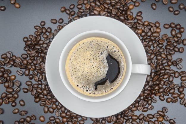Vista do topo. xícara de café branca no fundo branco